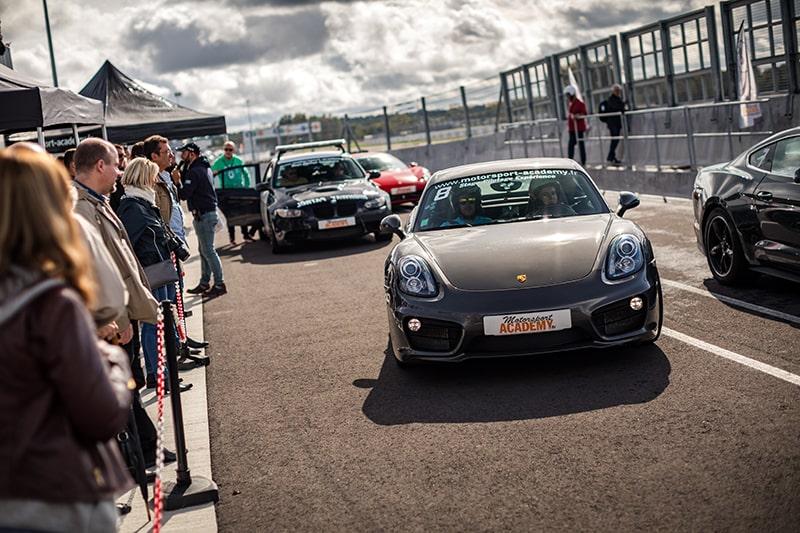 Porsche Cayman S sur le Circuit du Mans Zone Pitlane
