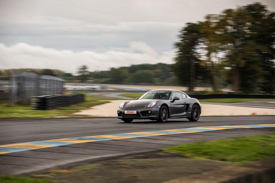 Voiture GT Porsche Cayman S sur le Circuit du Mans