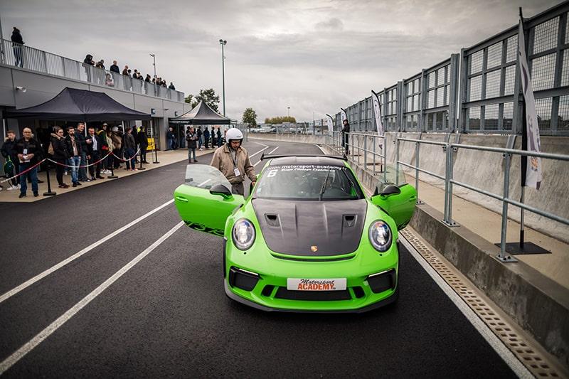 Porsche GT3 RS Verte sur Circuit Le Mans Stagiaire enttre dans voiture