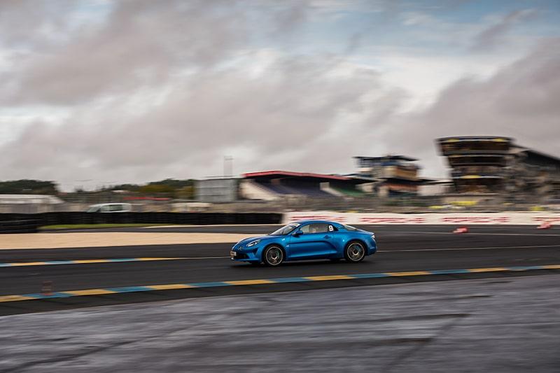 Alpine A110S sur le circuit du Mans en mouvement